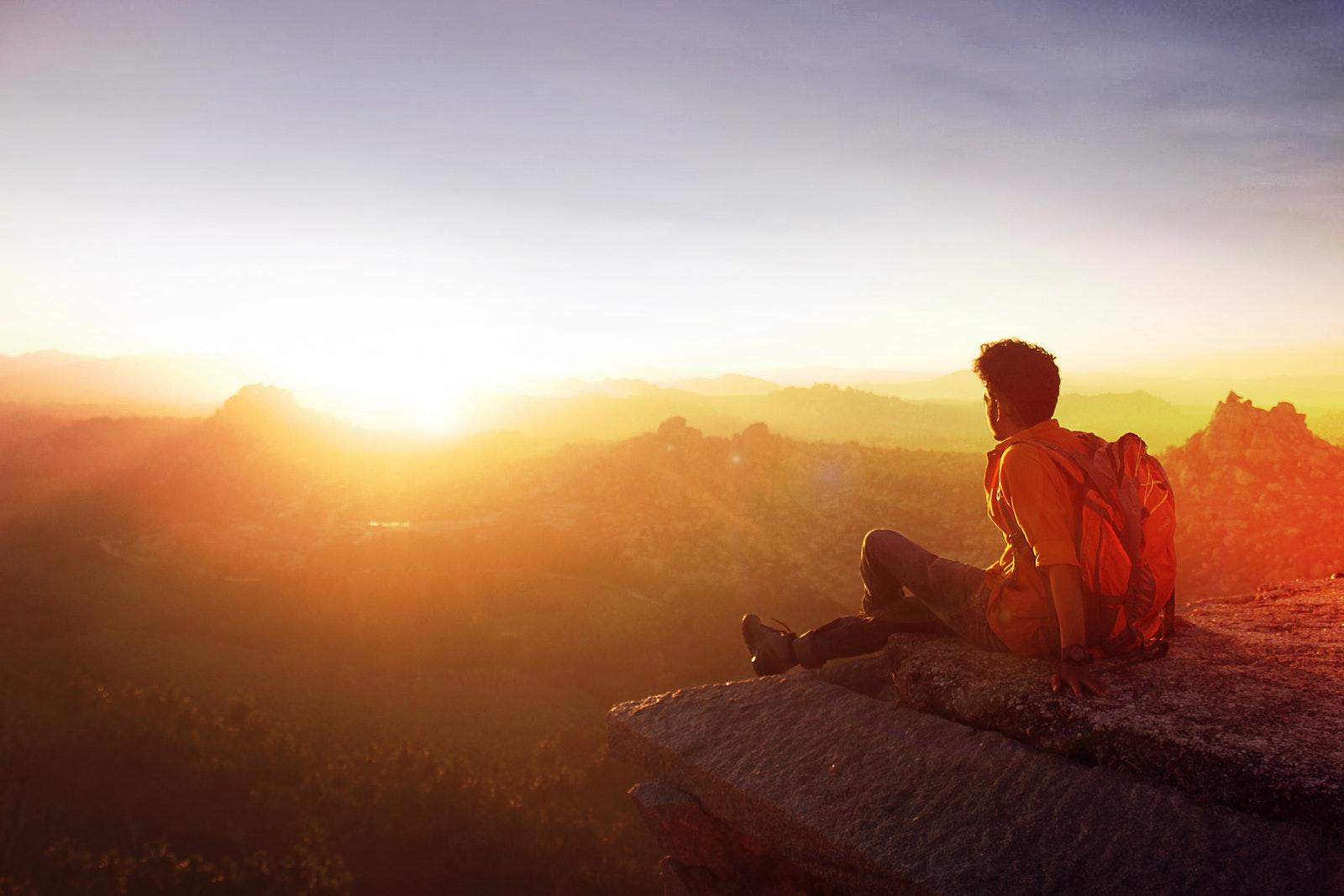 Dieu est lumière   1 Jean 1 : 5-10 - Présence Divine - Homme contemplant lever le lever du soleil derrière les montagnes et collines